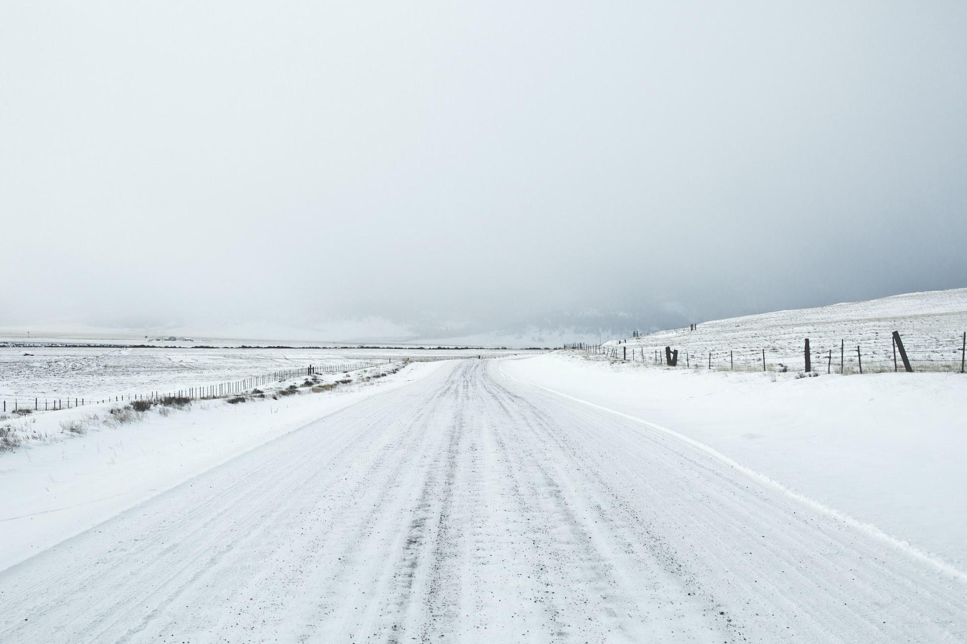 Dynamiczna pogoda w Polsce. Nadchodzą intensywne opady śniegu i marznącego deszczu